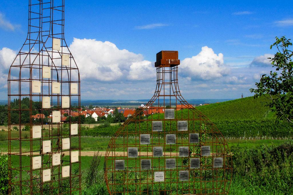 Weinkunstweg - Bocksbeutel und Flasche