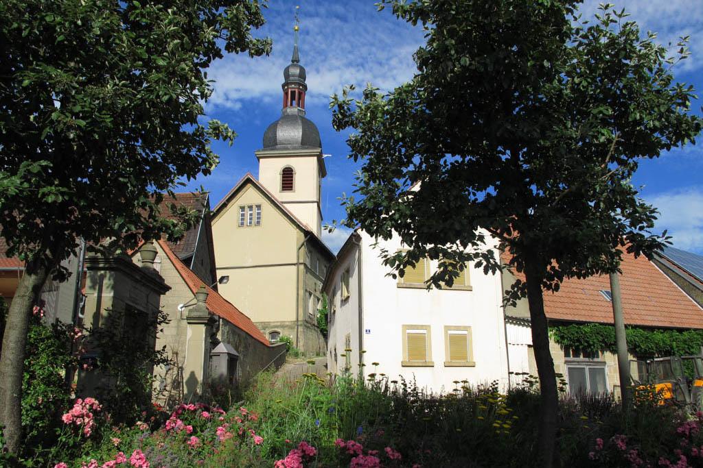 Schneckenweg - Kirche vom Seegarten her