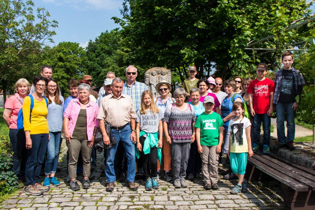 Wandergruppe am Lehmatraterbrunnen