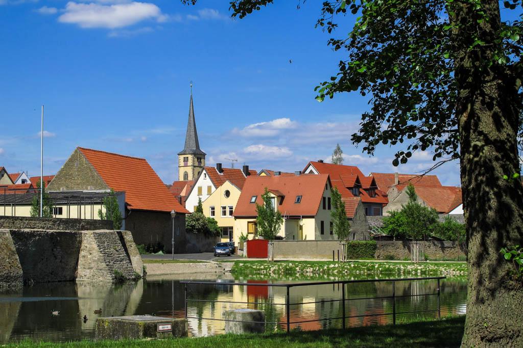 Großlangheim - See und Kirche