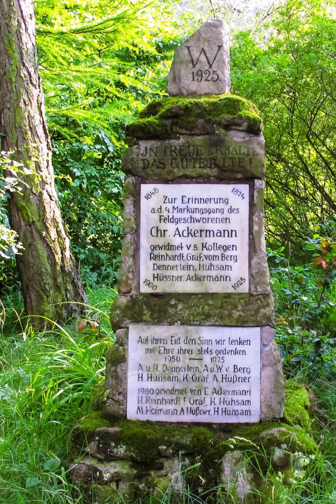 Alter Schwanbergweg - Wachhügel Denkmal der Feldgeschworenen