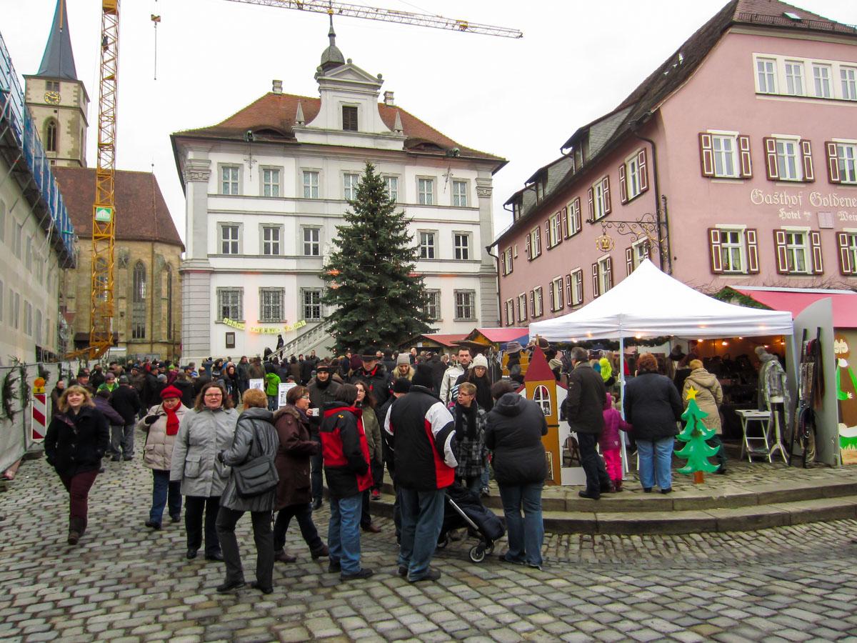 Wandergruppe auf dem Weihnachtsmarkt