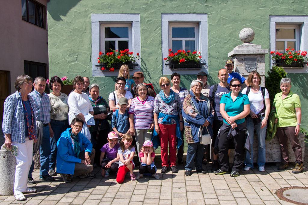Wandergruppe vor dem Rathaus